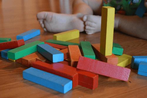 Baby spielt im Kinderzimmer
