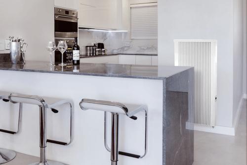 Flächenspeicherheizung areo smart up an Küchenwand
