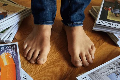 Barfuß auf Fußboden