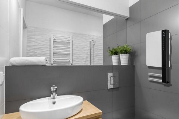 Schnellheizer DTH von Technotherm weiß mit Handtuchhalter im Badezimmer